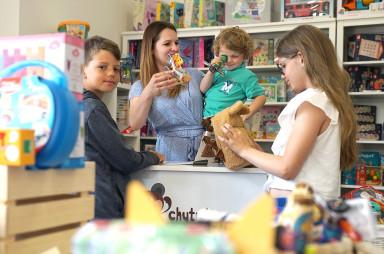 Lucie Šálená s dětmi v hračkářství Chytrá opička